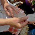 draní peří a vázání mašlovaček