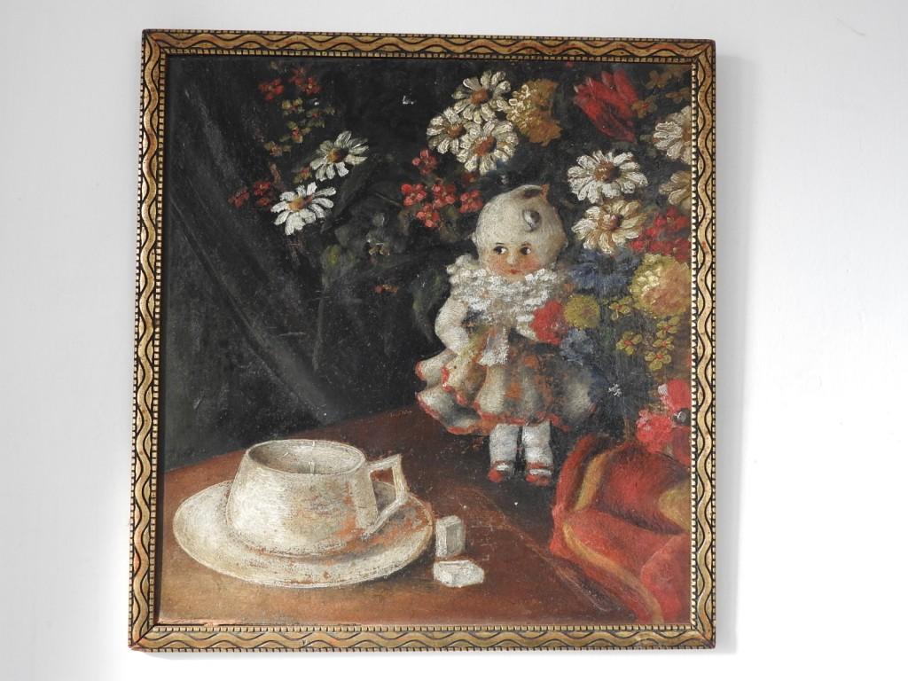 starožitná panenka -  zátiší s květinou a hrnkem