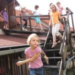 Děti na schodišti do nocležny